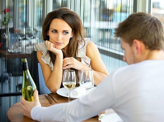 Девушка показывает мужчина смотрит