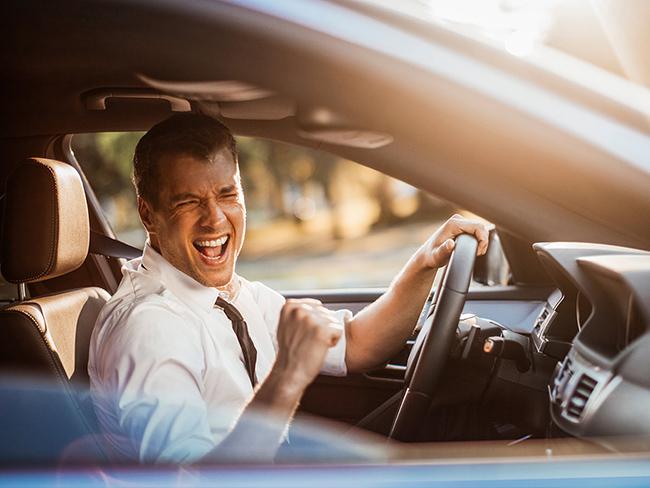 Почему многие водители любят петь за рулем?