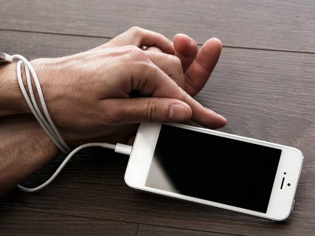 Специалисты объяснили, чем вызвана зависимость от смартфона