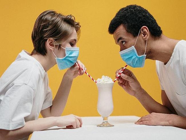 Медики рассказали, можно ли заразиться коронавирусом через пищу