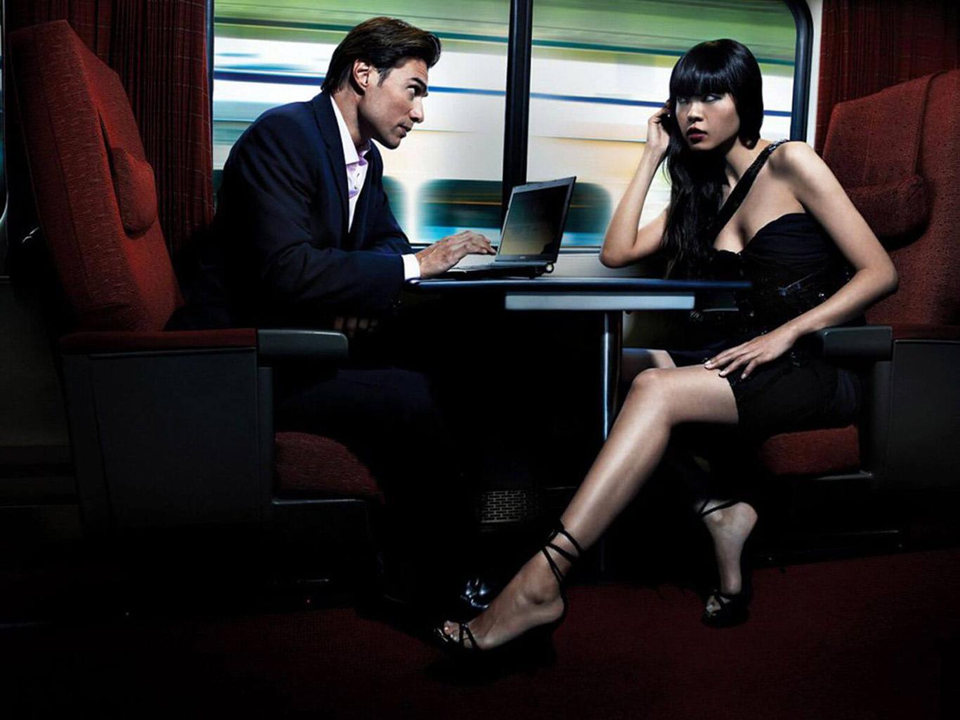 Подруга разговаривает с подчиненными и сидит на лице у подруги под столом.