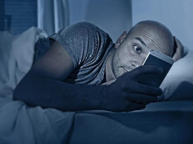 Класть смартфон под подушку вредно для здоровья
