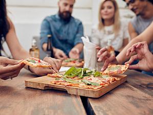 Исследователи: трапеза из одной тарелки сближает людей