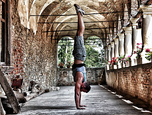Стойка на руках: как укрепить все тело одним упражнением