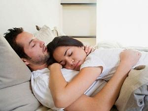 Мужчинам необходимо спать  на пять минут дольше,  чем женщинам