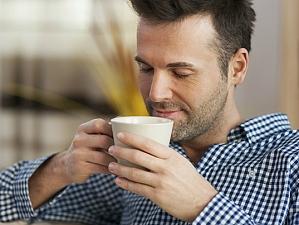 Почему не все люди чувствуют  прилив бодрости  после чашки кофе?