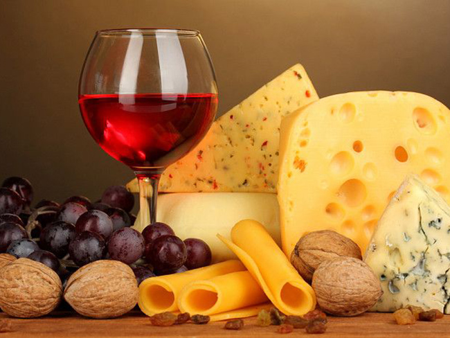 Ученые посоветовали, как употреблять вино и сыр: есть доказанная польза для здоровья