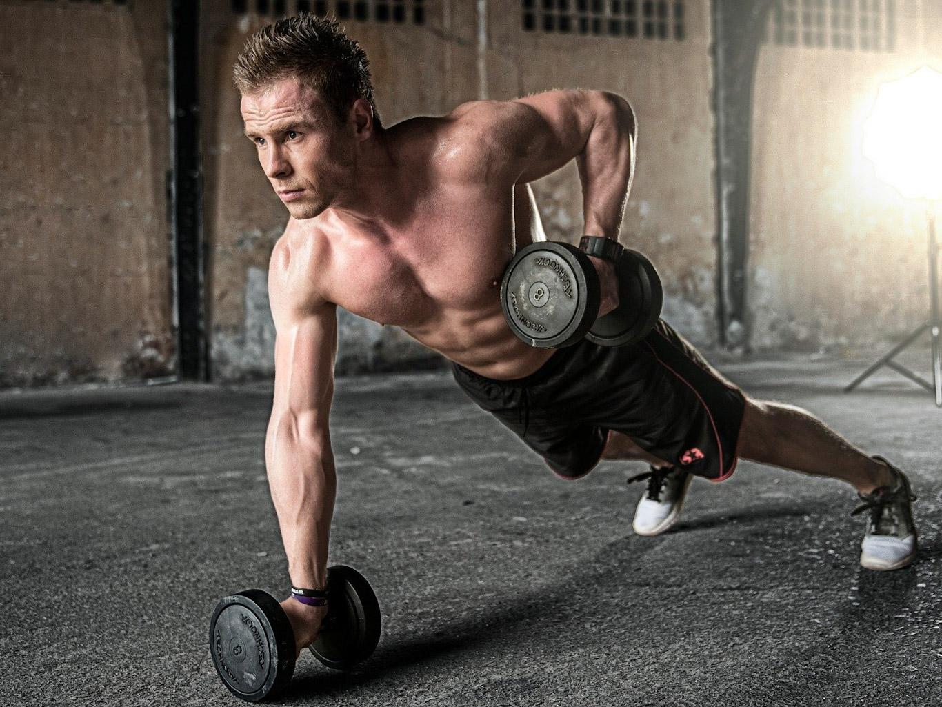 Лучшие упражнения с гантелями для спортзала и домашних тренировок