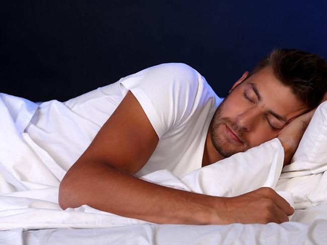 Ученые рассказали, на каком боку полезно спать
