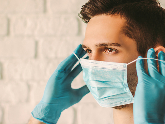 Эксперты объяснили, почему мужчины часто отказываются носить маску