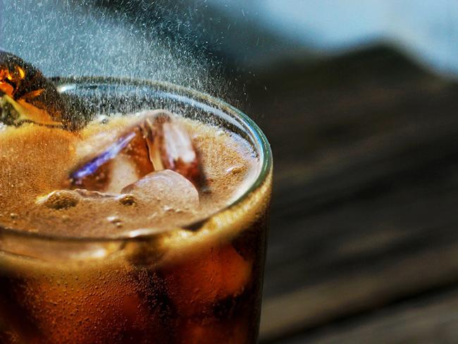 Специалисты рассказали, какие напитки изнутри разрушают кости
