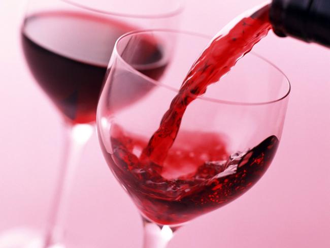 Ученые рассказали, как красное вино влияет на состояние зубов