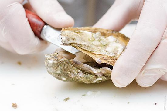 Как правильно есть устриц? 21 фото Как готовят и едят живых моллюсков в домашних условиях? Сколько их можно съесть за раз и как выбрать лучшее вино? Нужно ли жевать устрицы?