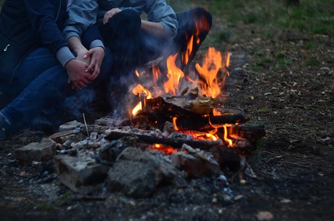 Как можно разжечь костер без использования спичек?