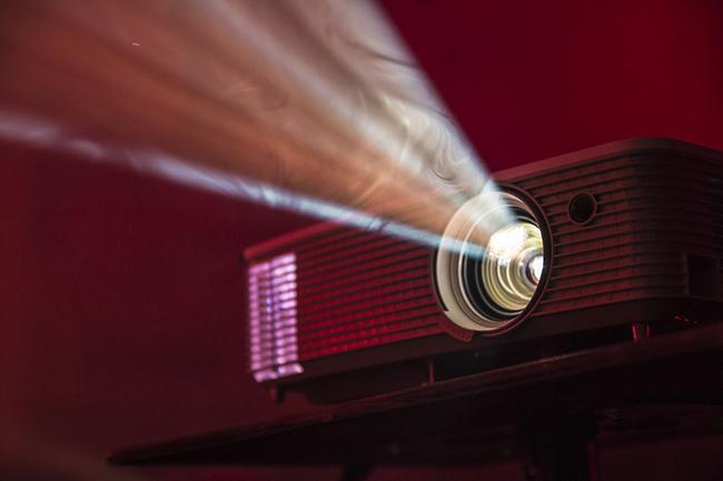 Колонка, мини-проектор и IQOS 3 Multi*: обзор девайсов для собственной вечеринки